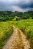 向一个房子的乡下公路山的 免版税库存图片