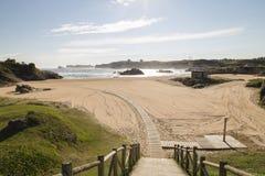 向一个美丽的晴朗的海滩的路 免版税库存照片