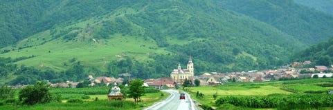 向一座传统山的风景路 免版税库存照片