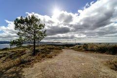 向一座灯塔的通路在La拉科鲁尼亚队海湾峭壁  天空 免版税库存图片
