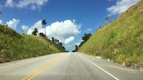 向一座热带国家、棕榈树和绿色山多米尼加共和国的路 影视素材