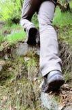 向上升困难重点前景现有量男性人岩石绳索的登山人挑战严格 图库摄影