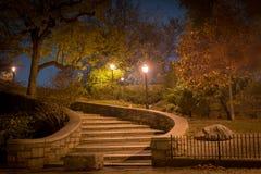 向上带领在晚上,卡尔Schurz公园,纽约的弯曲的楼梯 免版税库存图片