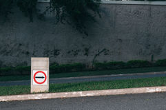 向上指向与后边墙壁的交通标志 库存照片
