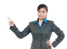 向上指向逗人喜爱的年轻的女实业家 免版税库存照片