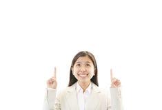 向上指向年轻的女商人 免版税图库摄影
