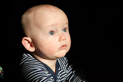 向上看蓝眼睛的婴孩 图库摄影
