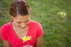 向下查看一朵黄色花的妇女 库存图片