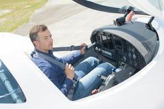 向下看法飞行员在驾驶舱内 图库摄影