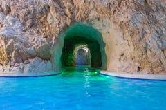 向与大海的洞扔石头的入口 美好的温泉渡假胜地 岩石海洞 免版税图库摄影
