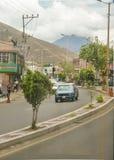 向中间地球纪念碑基多厄瓜多尔的路 免版税库存照片