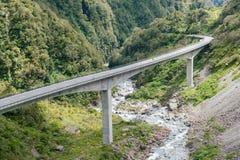 向亚瑟通行证, Otira高架桥桥梁的路 免版税库存照片