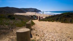 向冲浪的海滩的一条道路在葡萄牙,普腊亚做Amado 免版税库存照片