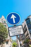 向前只签字与在加泰罗尼亚语和S被写的标志 免版税库存照片