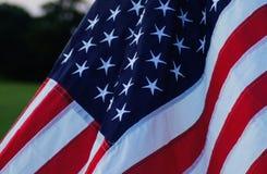 滚滚向前在微风的美国旗子 免版税图库摄影