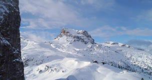 向前天线通过显示滑雪轨道的庄严Cinque Torri岩石登上 与多云天空的晴天 冬天白云岩 股票录像