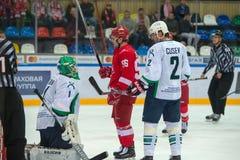 向前谢尔盖Shmelev (96)和守门员弗拉迪斯拉夫Fokin 库存图片