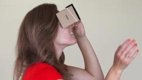 向后走与vr虚拟现实纸板玻璃的好奇妇女 股票视频