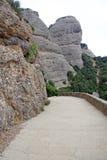 向圣徒霍安偏僻寺院的路蒙特塞拉特山的,西班牙 本尼迪克特的修道院圣玛丽亚de蒙特塞拉特在莫尼斯特罗尔德莫恩特塞拉特 库存照片