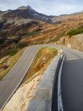 向圣贝纳迪诺山口的路在瑞士 山的看法弯曲创造美好的形状 库存照片