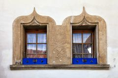 向在老房子,瑞士的装饰的窗口扔石头 免版税库存图片