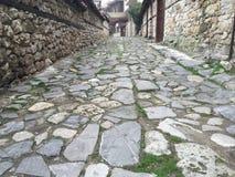 向在nesebar的街道扔石头 免版税库存照片