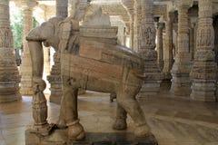 向在Ranakpur里面耆那教的寺庙的被雕刻的大象扔石头  免版税库存图片