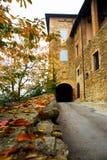 向城堡的入口路在秋天 图库摄影
