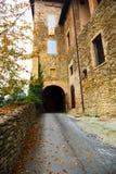 向城堡的入口路在秋天 库存照片