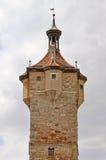 向塔扔石头 免版税库存照片