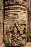 向大桶Phou宗教复合体扔石头被雕刻的杆在占巴塞省省,老挝的 图库摄影