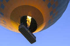 向天空一个热空气气球头在Goreme的日出在土耳其的卡帕多细亚地区 免版税库存图片