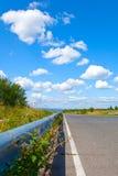 向天空和云彩的路 免版税库存图片