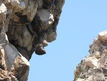 向天空的道路在两个大岩石之间 图库摄影