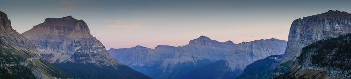 向太阳的山峰路在冰川国家公园 库存照片