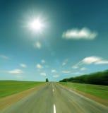 向太阳的葡萄酒减速火箭的样式的高速道路 图库摄影