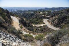 向好莱坞标志的弯曲道路 免版税库存照片