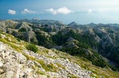 向山峰Sveti Jure,Biokovo,达尔马提亚,克罗地亚人的弯曲的路 免版税库存图片
