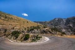 向山村Dhermi -摩托车骑士的理想,阿尔巴尼亚的弯曲的路 库存图片