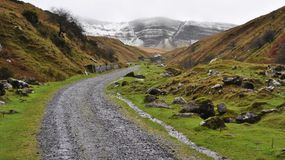 向山的扔石头的对Banau先生Gaer,布雷肯比肯斯山国家公园,威尔士的路和看法 库存图片