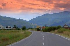 向山的日落路 库存照片