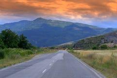 向山的日落路 免版税图库摄影