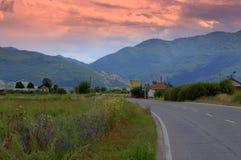 向山的晚上路 免版税库存图片
