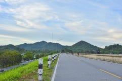 向山的路在泰国 库存照片