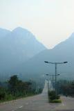 向山的路在登封附近 库存图片