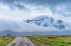 向山的路,南冰岛 免版税库存图片