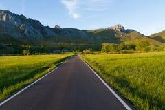 向山的通路村庄色那de月/月球 利昂省 西班牙 免版税库存照片