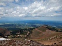 向山顶的路 库存照片