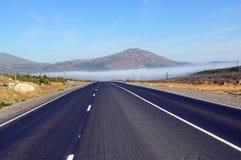 向山Nittis的路在科拉半岛 免版税库存照片