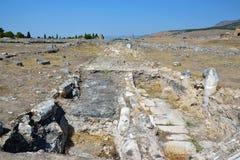 向希拉波利斯古城的古老罗马路 免版税库存照片